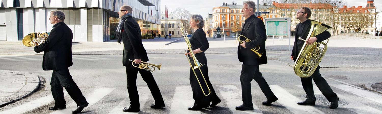 Linnékvintetten går över gatan