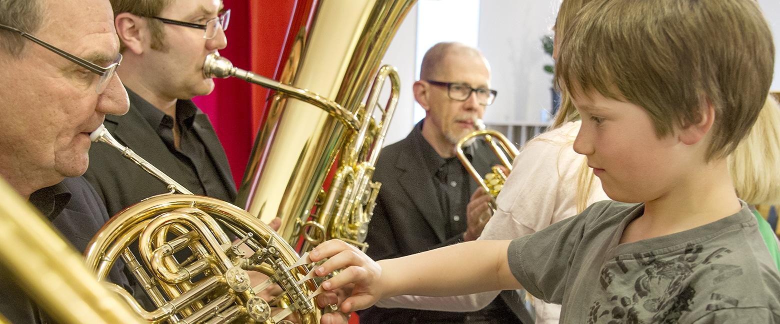 Linnékvintettens musiker spelar för barn