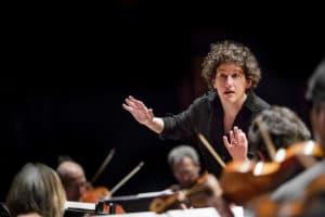 Rebecca Miller dirigerar musiker