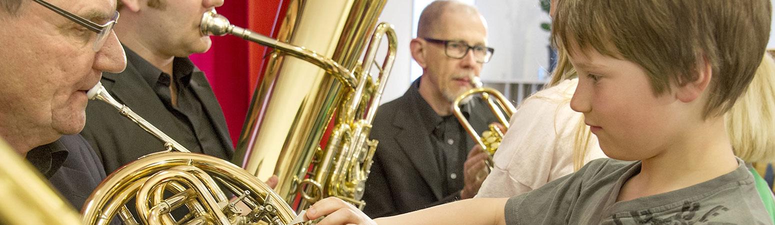 Barn som undersöker instrument
