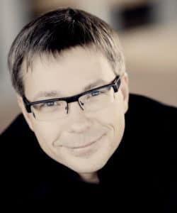 Porträttbild på Olari Elts.