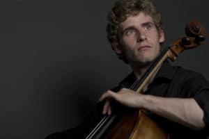 Bild på Andreas Brantelid spelandes cello.